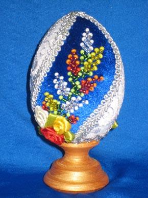 Б-2 Пасхальное яйцо из бисера и бархата Высота яйца с подставкой: 11 см Цена: 600 рублей.